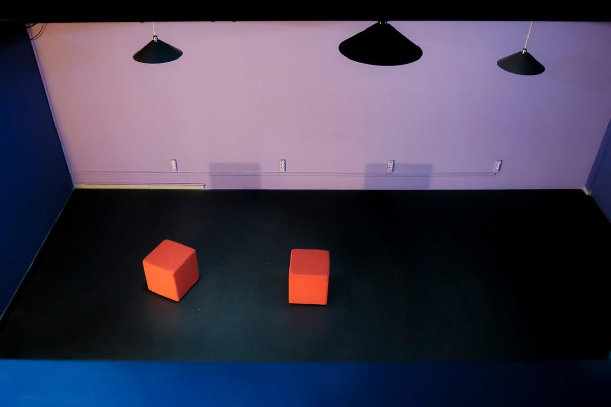 Δύο κύβοι στη σκηνή του Action Theater